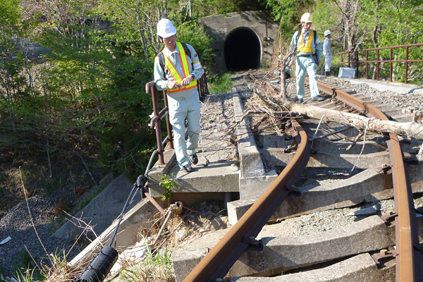 東日本大震災 – 鉄道復旧に向けた被害調査 イメージ
